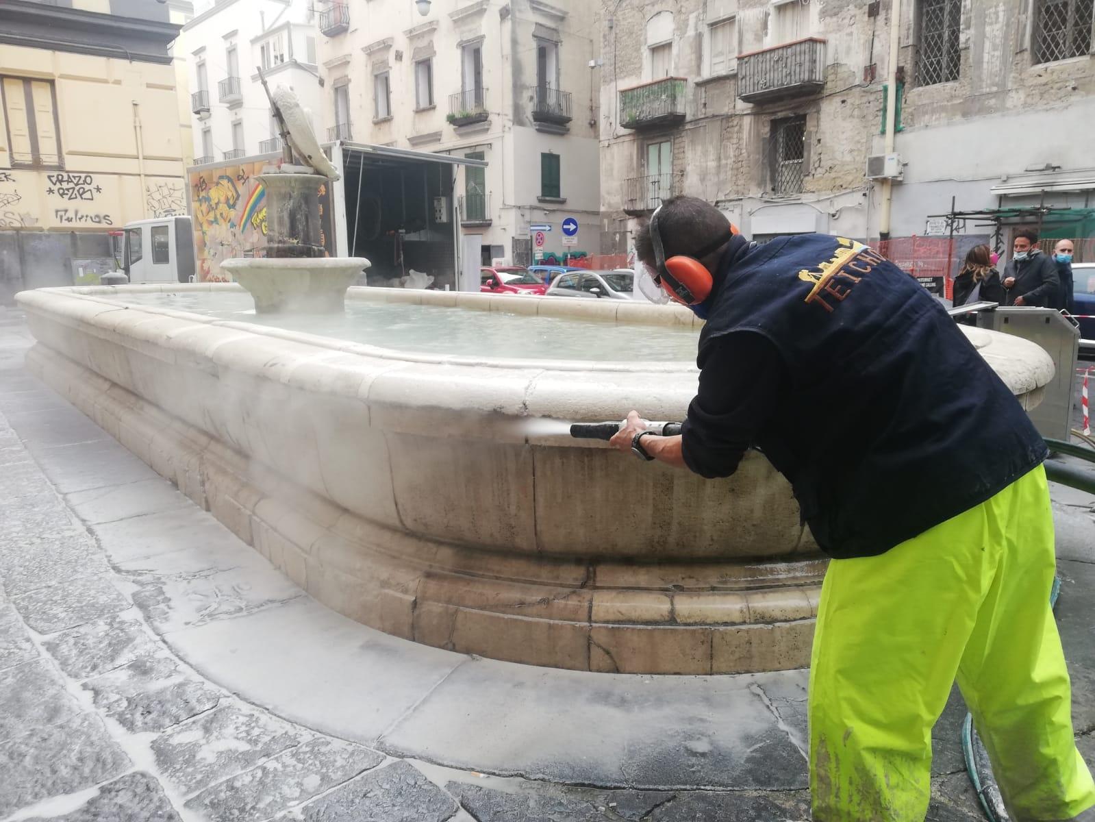 """La manutenzione delle storiche fontane della """"Scapigliata"""" e del """"Capone"""" a Forcella"""