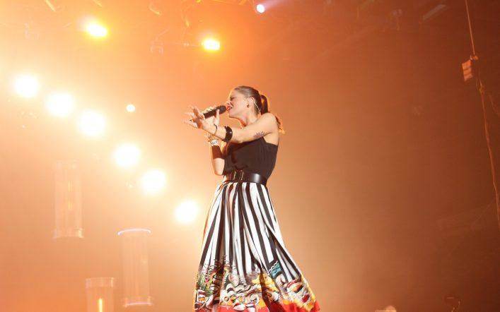 Alessandra Amoroso presenta due nuovi brani in streaming live da Roma